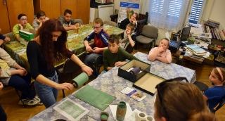 Az iskolások kipróbálták az őskori pecsételő henger