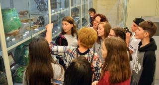 Erdélyi diákok a Tornyai-múzeumban és az Emlékpontban