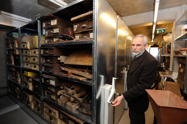 Nagy Imre múzeumigazgató bemutatja a felújított és kibővített múzeum új raktárbázisát