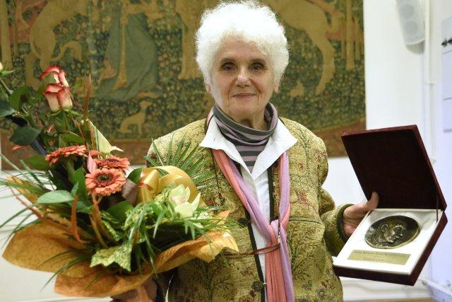 A 64. Vásárhelyi Őszi Tárlat fődíja, a Tornyai-plakett idei kitüntetettje, Keserü Ilona festőművész