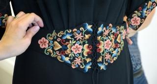 Egy különleges estélyi ruha látható a Kirakat Galériában